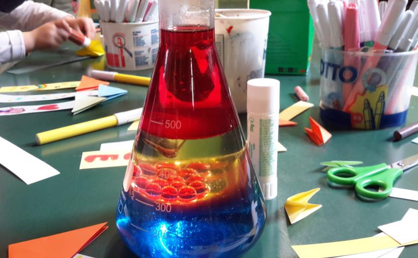 L'angelo dei colori al nido Pollicino gioca con la chimica colorata